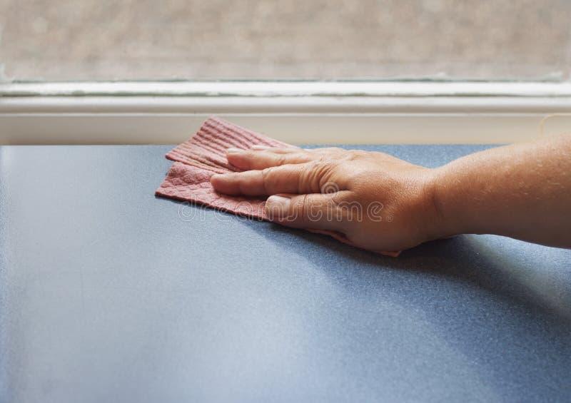 Ręka z naczynia cleaning sukienną powierzchnią zdjęcie stock