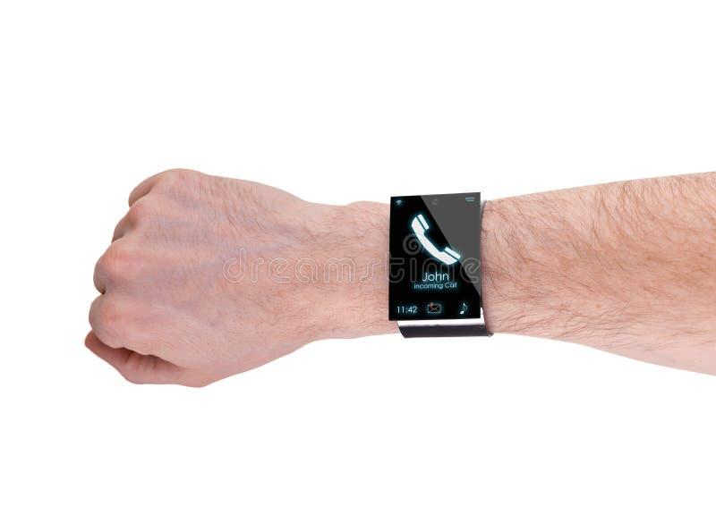 Ręka z nowożytnym Internetowym Smartwatch, odizolowywającym na bielu fotografia royalty free