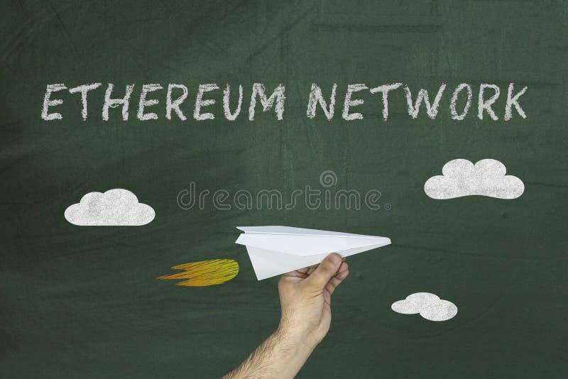 Ręka z papierowego samolotu i teksta Ethereum siecią zdjęcia royalty free