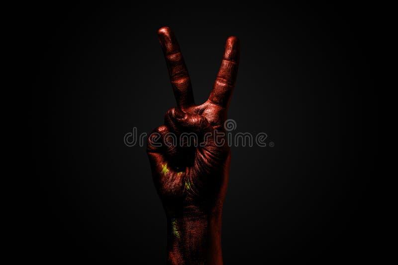 Ręka z patroszoną Chiny flagą pokazuje pokoju znaka, symbol pokój, przyjaźń, powitania i peacefulness na ciemnym tle, fotografia stock