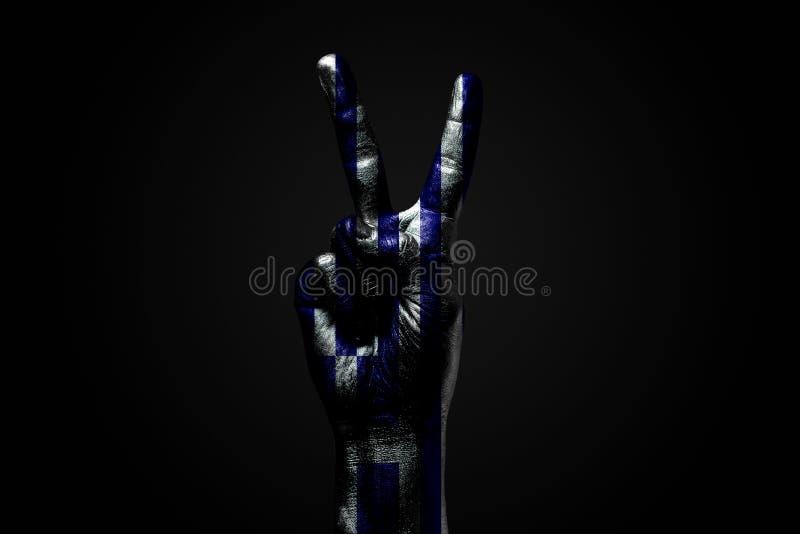 Ręka z patroszoną Grecja flagą pokazuje pokoju znaka, symbol pokój, przyjaźń, powitania i peacefulness na zmroku, zdjęcia royalty free