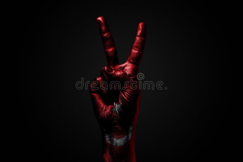 Ręka z patroszoną Turcja flagą pokazuje pokoju znaka, symbol pokój, przyjaźń, powitania i peacefulness na zmroku, zdjęcie royalty free