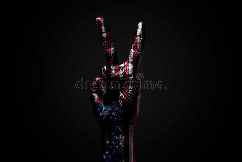 Ręka z patroszoną usa flagą pokazuje pokoju znaka, symbol pokój, przyjaźń, powitania i peacefulness na ciemnym tle, fotografia royalty free