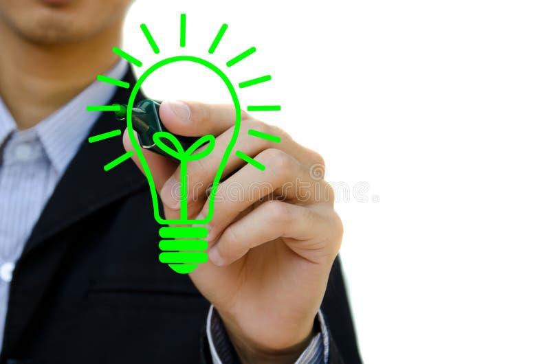 Ręka z pióra rysunkowym żarówki pomysłem. zdjęcie stock