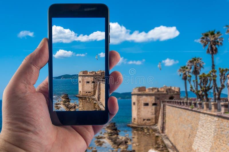 Ręka z smartphone bierze obrazki w słonecznym dniu fotografia royalty free