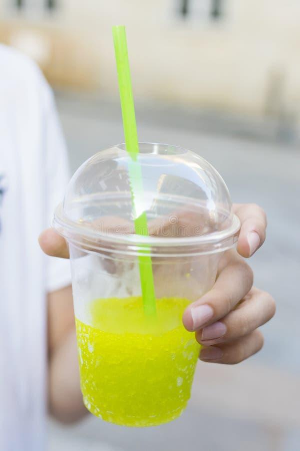 Ręka z szkłem soda lub lukrowa owoc zdjęcia stock