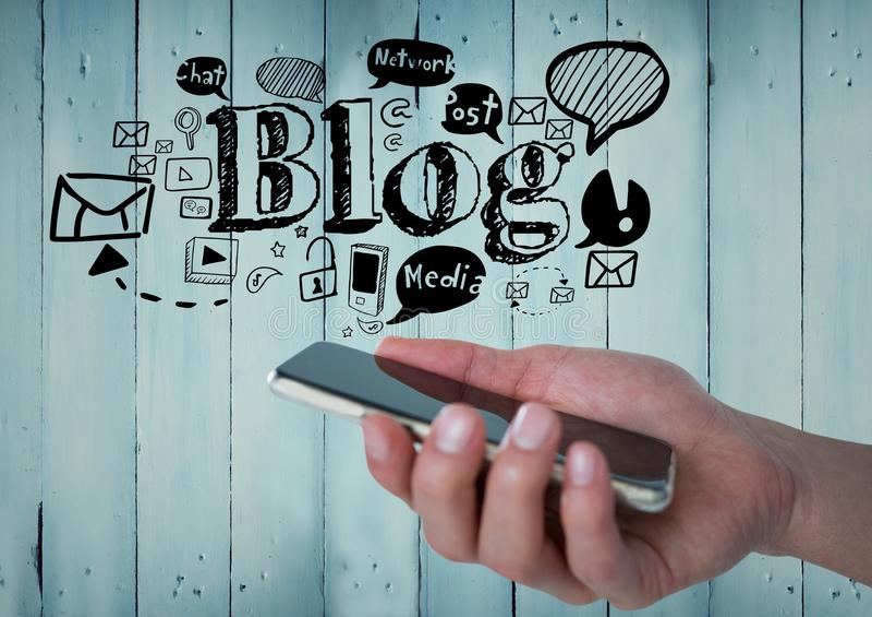 Ręka z telefonem i czarnym blogiem doodles przeciw błękitnemu drewnianemu panelowi royalty ilustracja