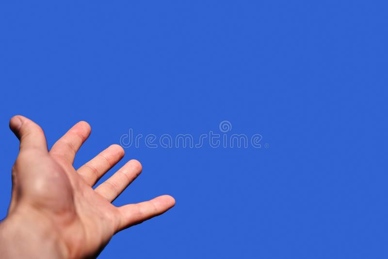 Ręka zasięg dla nieb symbolizuje pragnienie dosięgać za bogu mężczyzna obrazy royalty free