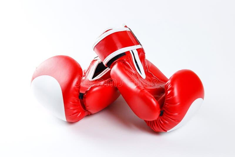 rękawice bokserskie czerwone Dwa rękawiczka sporta na białym backgr zdjęcia stock