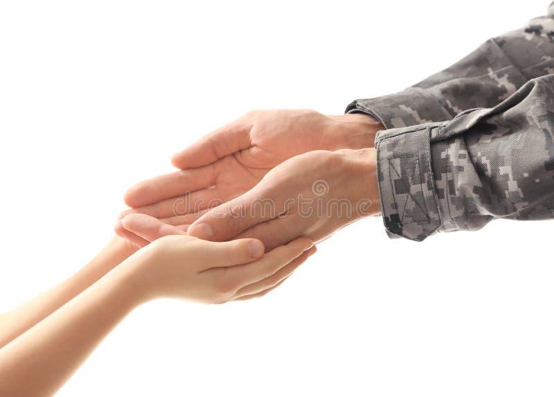 Ręki żołnierz i dziecko zdjęcie royalty free