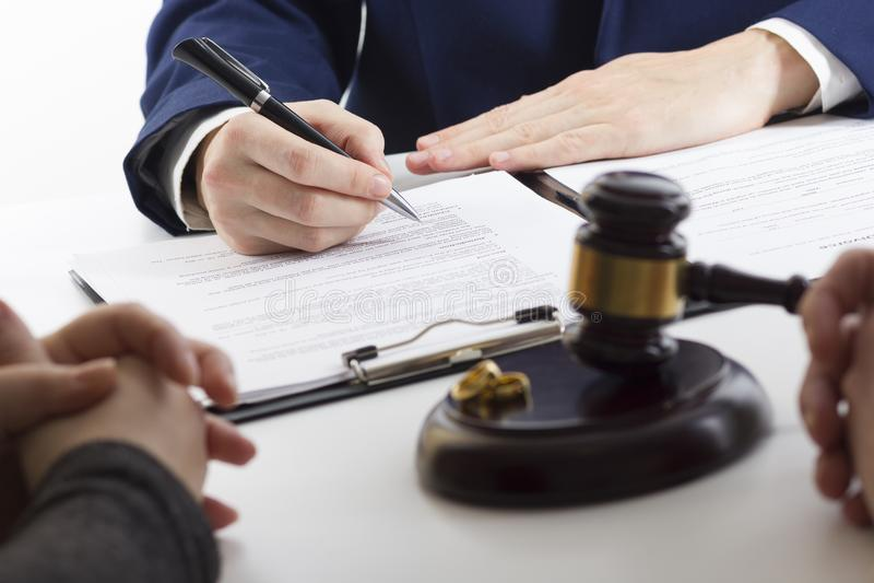 Ręki żona, męża podpisywania rozwód dekret, rozpuszczenie, odwoływa małżeństwo, legalnego rozdzielenia dokumenty, segreguje fotografia stock