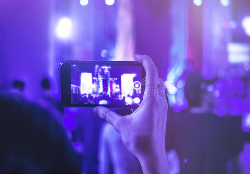 Ręki areszt przy sądzie telefonu kamery fotografii strzał na koncercie obrazy royalty free