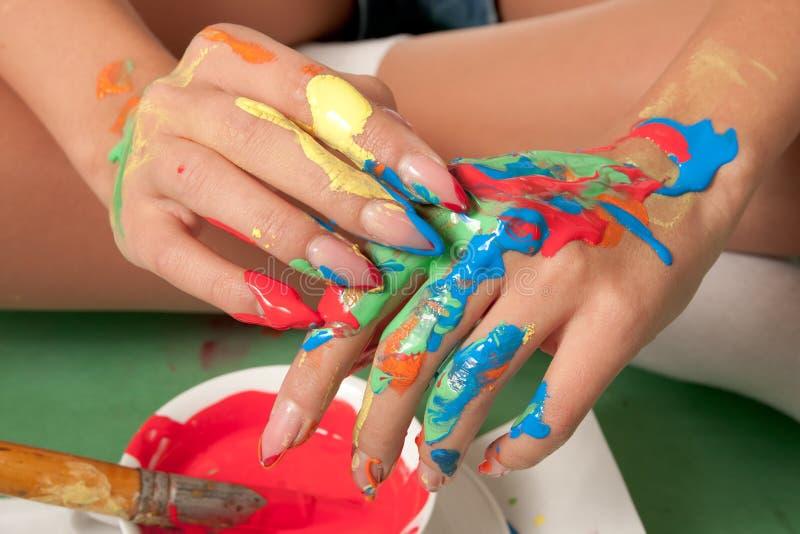 Ręki barwić z świeżą farbą fotografia stock