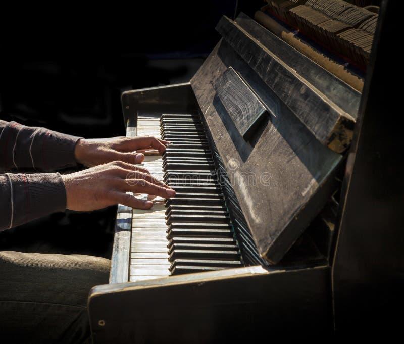 Ręki bawić się starego pianino mężczyzna obrazy royalty free