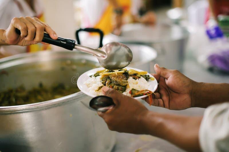 Ręki bieda otrzymywają jedzenie od ręk filantrop: pojęcie dawać obraz stock