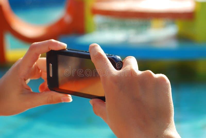 Ręki bierze fotografię mądrze telefonem zdjęcie royalty free