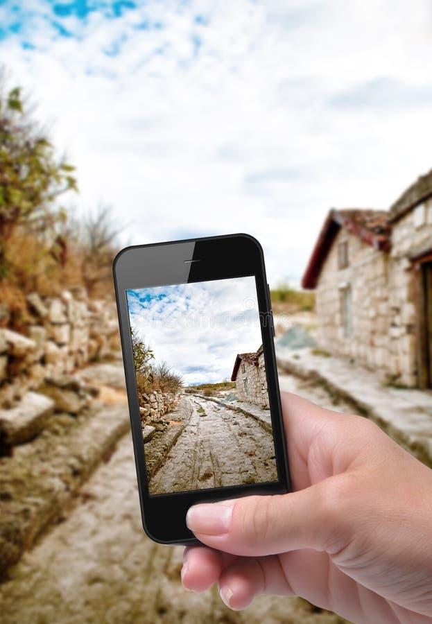 Ręki bierze fotografii drogę z smartphone obraz royalty free