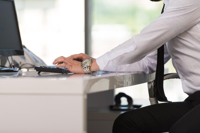 Download Ręki Biznesmen Używa Komputer Obraz Stock - Obraz złożonej z klucz, niezrównoważenie: 42525397