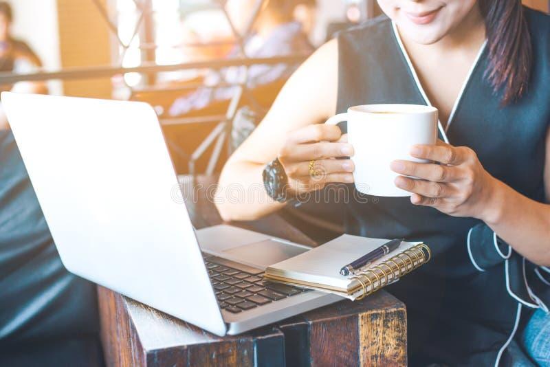 Ręki biznesowa kobieta używa laptop w biurze obrazy stock