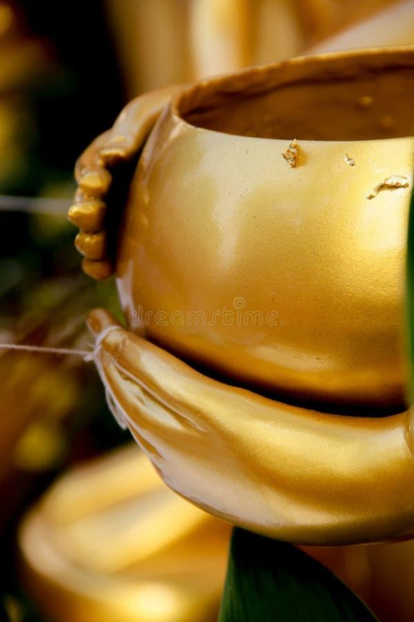 Ręki Buddha trzyma datki rzucają kulą fotografia stock