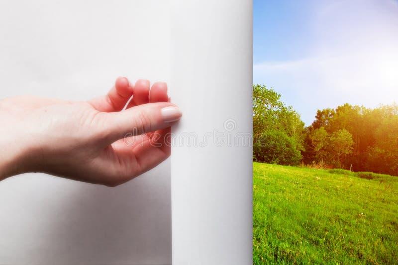 Ręki ciągnięcia krawędź papier odkrywać zieleń krajobraz obrazy royalty free