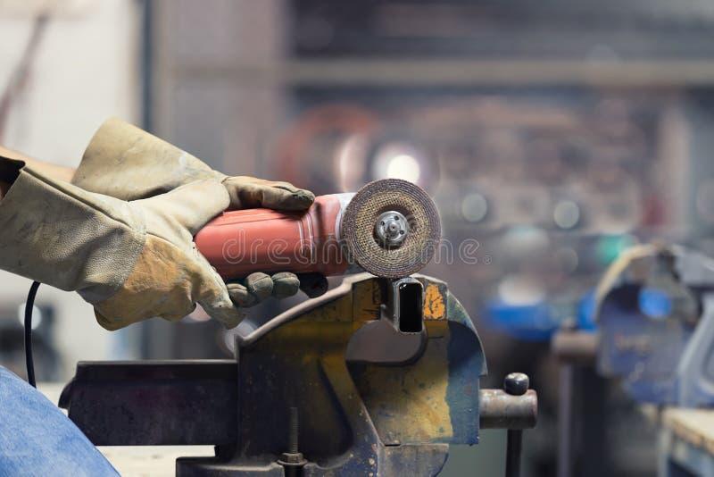 Ręki ciie stalową drymbę z iskrzyć krajacza inżynier fotografia stock
