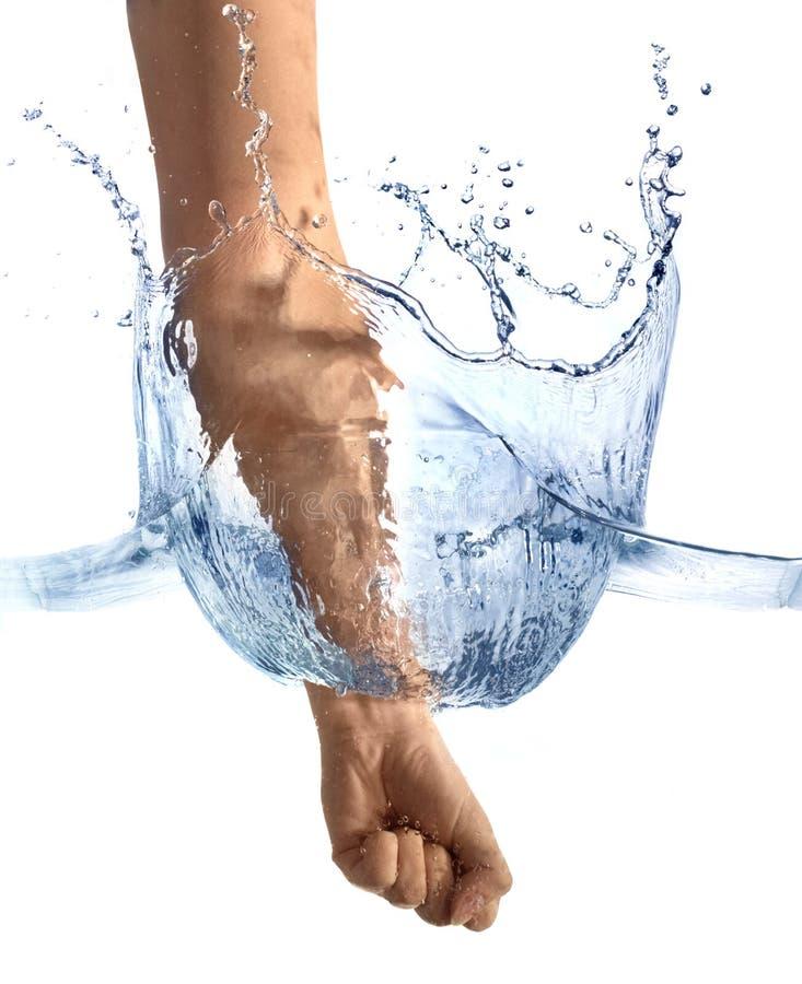Ręki ciupnięcia powierzchnia woda obraz royalty free