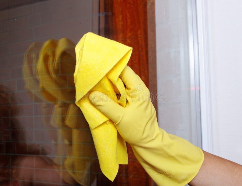 ręki czyścić okno zdjęcia stock