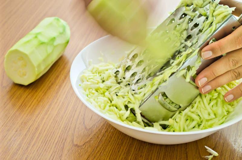 ręki drażniący zucchini obraz royalty free