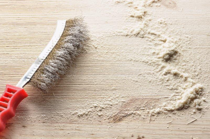 Ręki druciany muśnięcie dla drewna fotografia stock