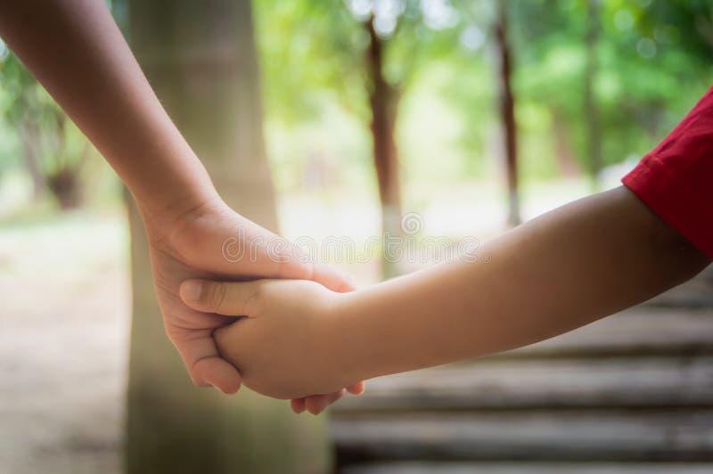 Ręki dwa dziecka które ręka w rękę obraz royalty free