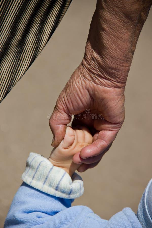 ręki dziecka babci utrzymania fotografia stock