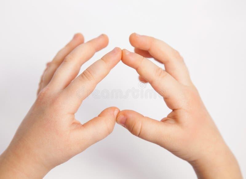 Ręki dziecko pokazuje serce obraz stock