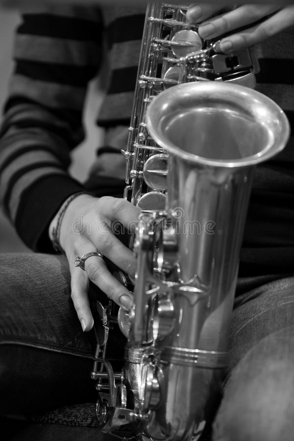 Ręki dziewczyna bawić się saksofon obraz stock