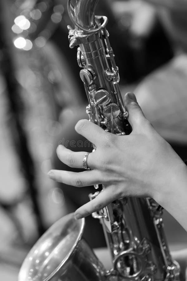 Ręki dziewczyna bawić się saksofon zdjęcia stock