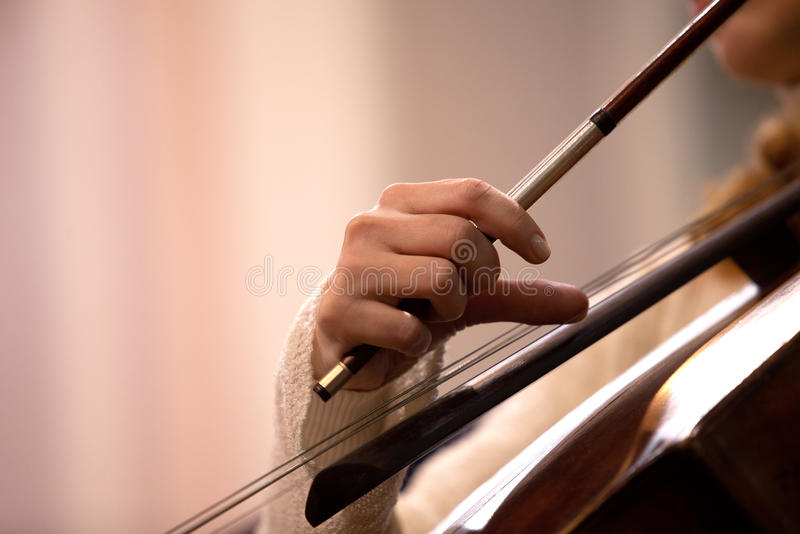 Ręki dziewczyna bawić się wiolonczelę obraz royalty free