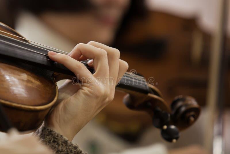 Ręki dziewczyna na sznurkach skrzypcowych zdjęcie royalty free