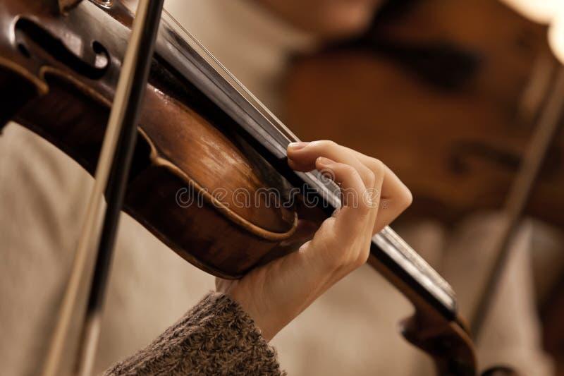 Ręki dziewczyna na sznurkach skrzypcowych obraz royalty free