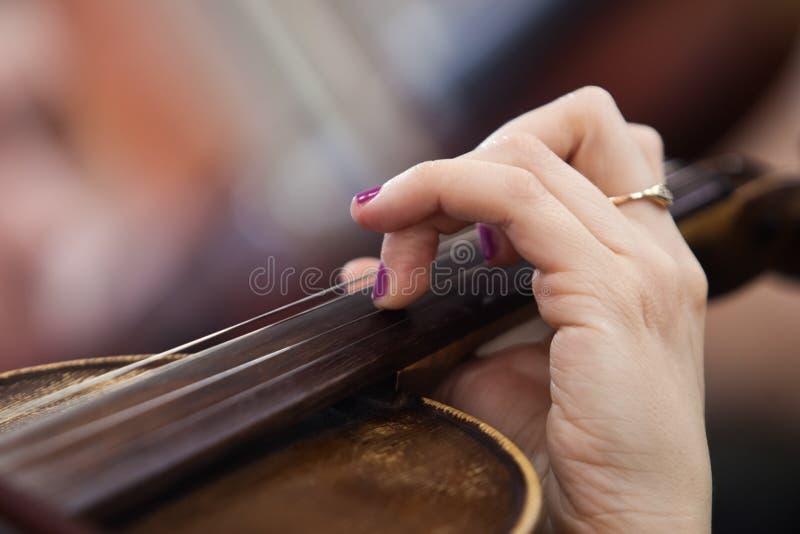 Ręki dziewczyna na sznurkach skrzypcowych fotografia royalty free