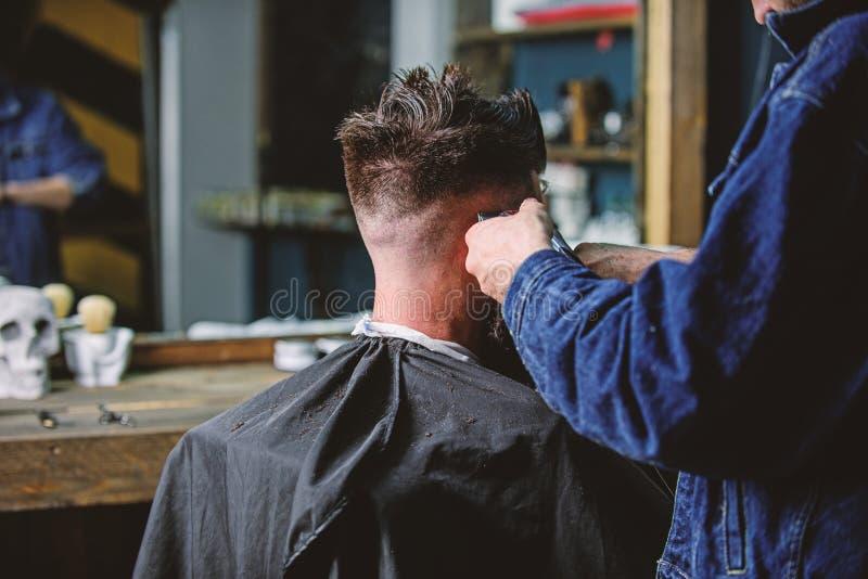 Ręki fryzjera męskiego arymażu włosy brodaty facet z cążki i gręplą, zamykają w górę tylni widoku Zakładu fryzjerskiego pojęcie 3 zdjęcia stock