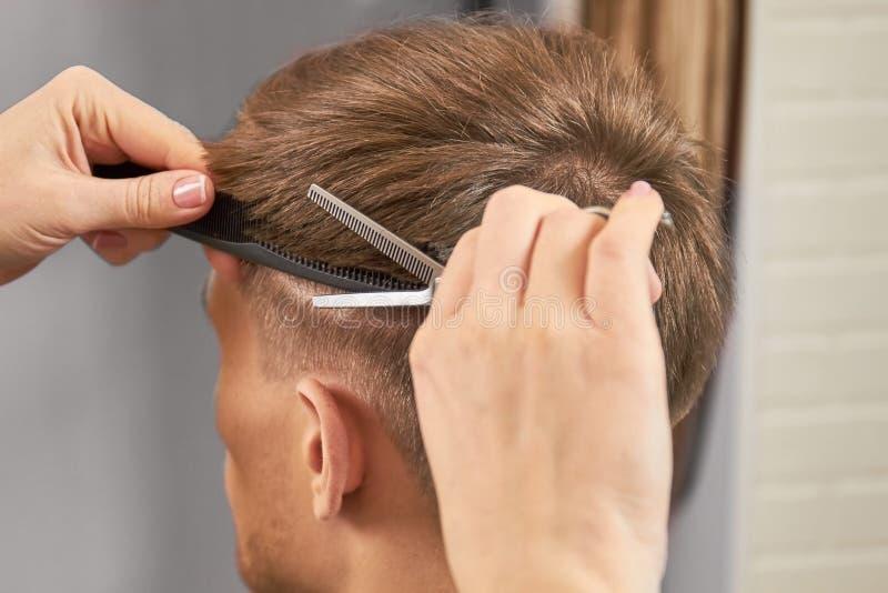 Ręki fryzjera męskiego rżnięty włosy obraz stock