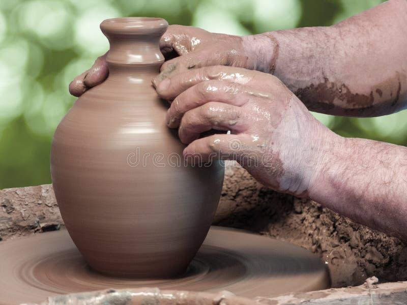 Ręki garncarka robi wazie z wąską szyją zdjęcie stock