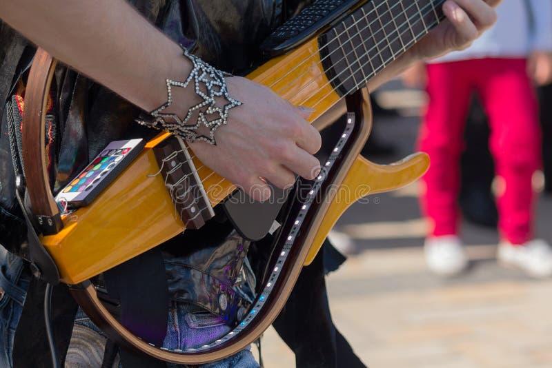 Ręki gitara gracz bawić się gitarę elektryczną obrazy royalty free