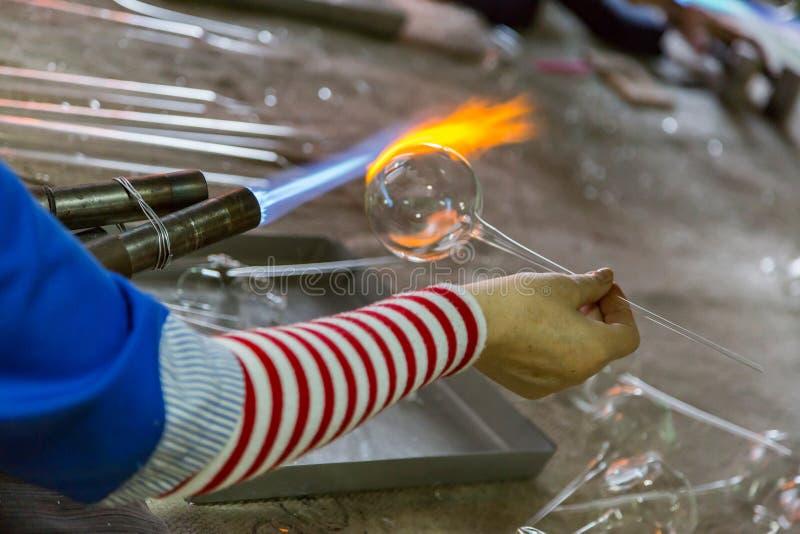 Ręki glassblower kobieta zdjęcia royalty free
