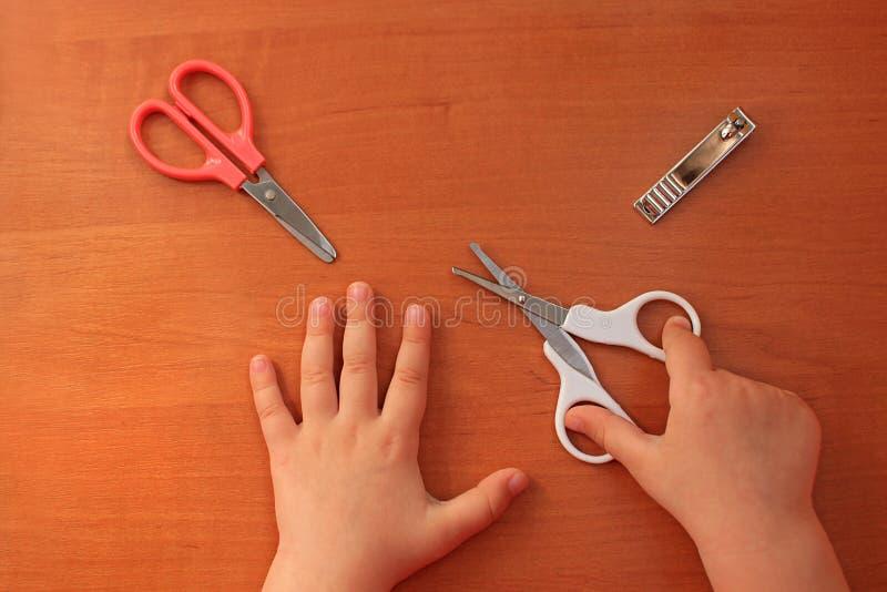 Ręki i gwoździa opieka dla dziecka dziecka ` s manicure na widok fotografia stock