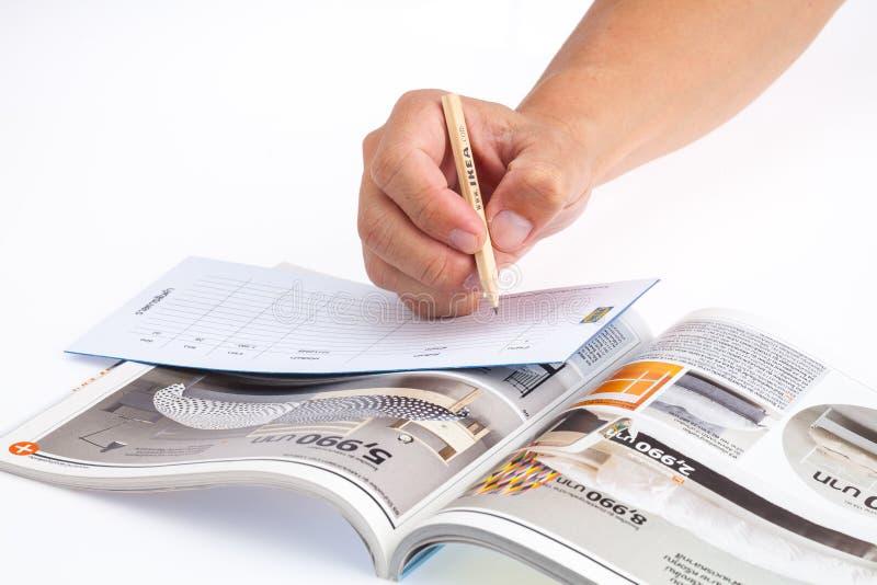 Ręki i IKEA katalog zdjęcia stock