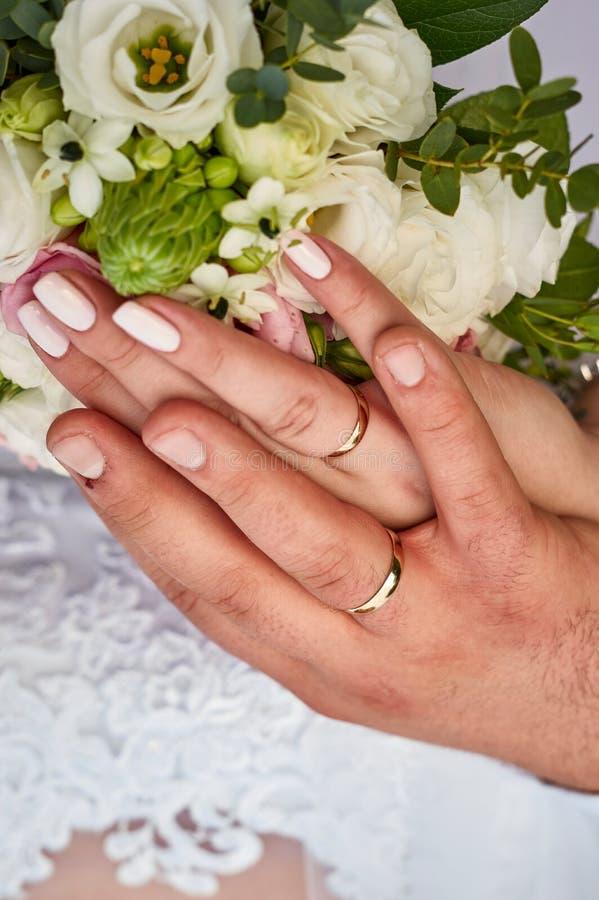 Ręki i pierścionki obrazy stock