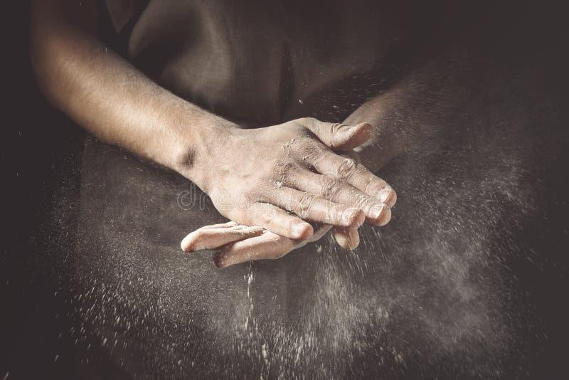 Ręki klascze z mąką zdjęcia royalty free