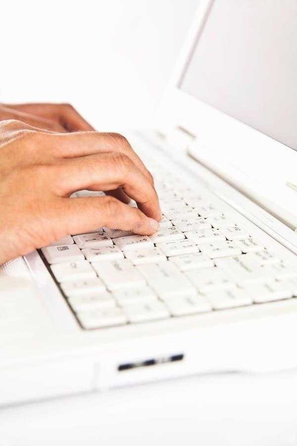 ręki klawiaturowy laptopu pisać na maszynie obraz royalty free