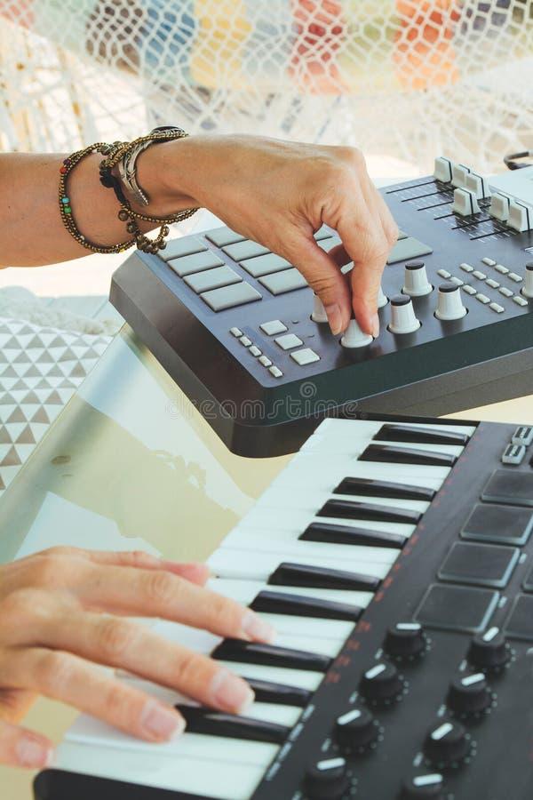 Ręki kobieta DJ bawić się elektroniczną muzykę z miesza stołem obrazy stock